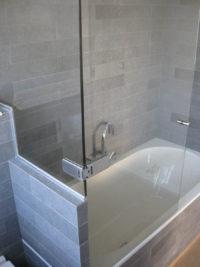 Glazen badwand
