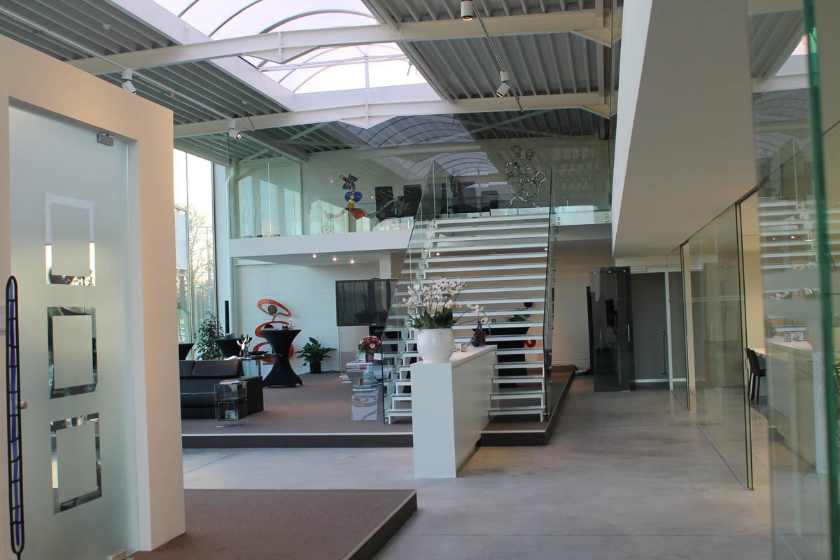 Glazen balustrade showroom