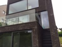 Glazen balustrade en ramen
