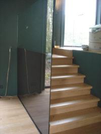 Glazen trapwand