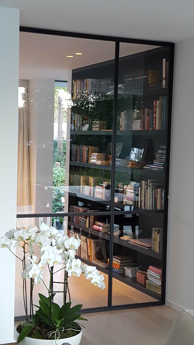 Glaswand met steellook